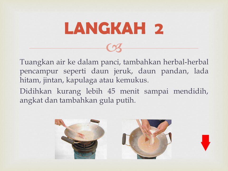  Tuangkan air ke dalam panci, tambahkan herbal-herbal pencampur seperti daun jeruk, daun pandan, lada hitam, jintan, kapulaga atau kemukus. Didihkan