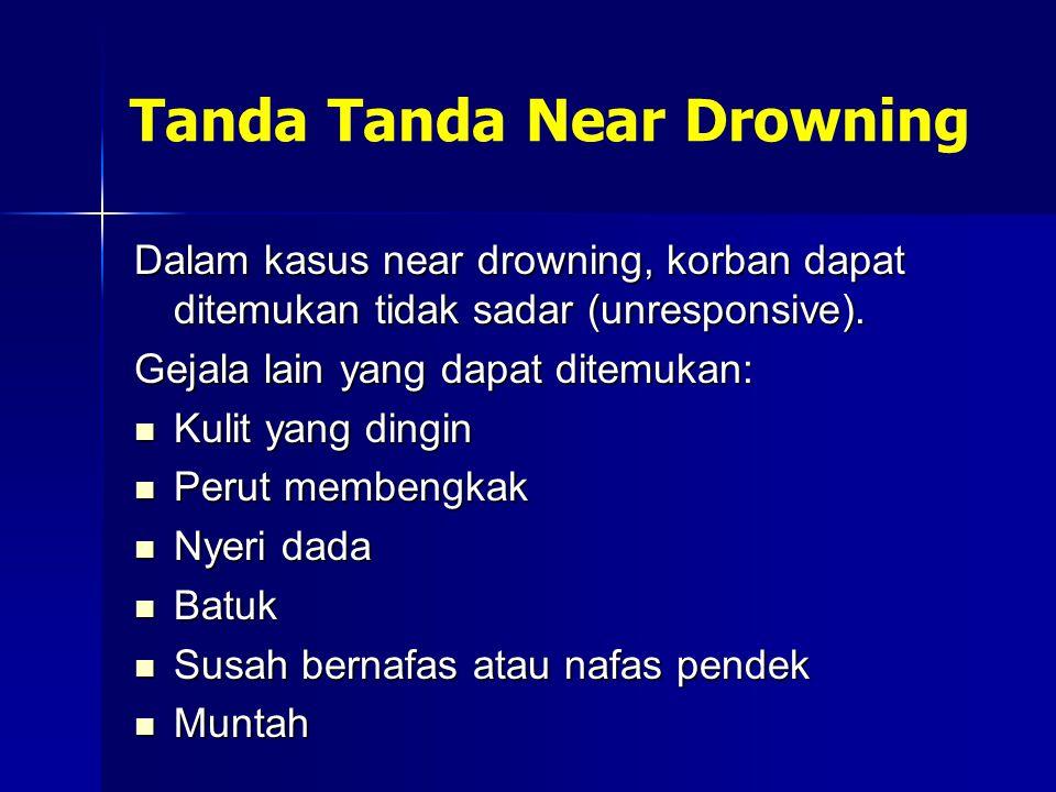 Tanda Tanda Near Drowning Dalam kasus near drowning, korban dapat ditemukan tidak sadar (unresponsive). Gejala lain yang dapat ditemukan: Kulit yang d