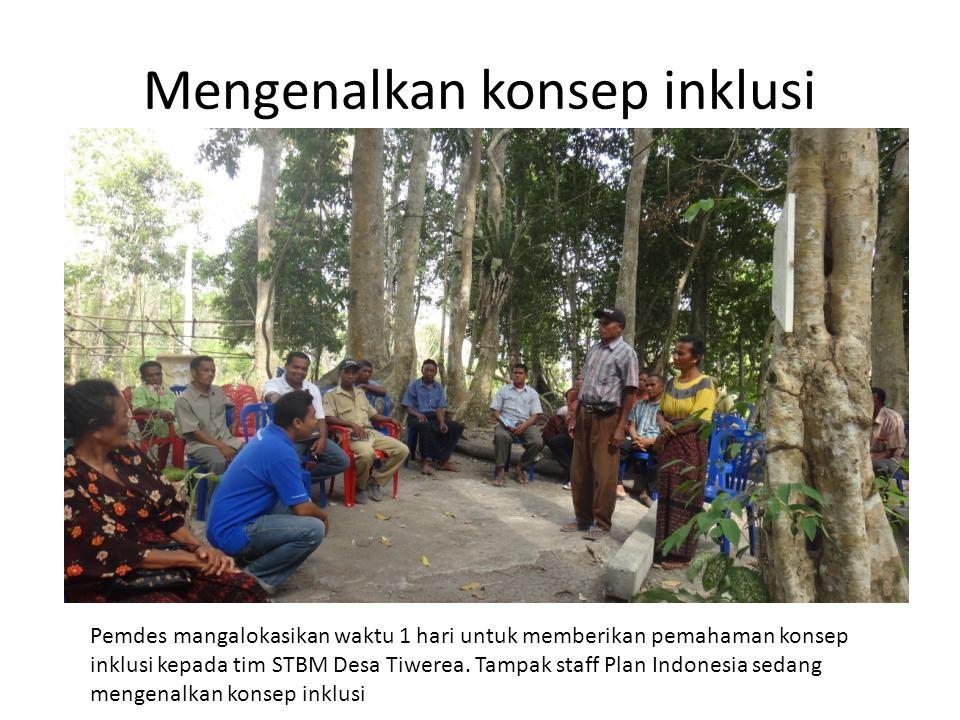 Mengenalkan konsep inklusi Pemdes mangalokasikan waktu 1 hari untuk memberikan pemahaman konsep inklusi kepada tim STBM Desa Tiwerea. Tampak staff Pla