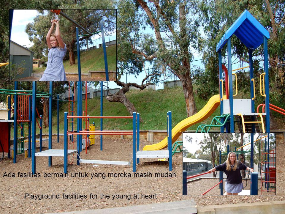 Ada fasilitas bermain untuk yang mereka masih mudah. Playground facilities for the young at heart.
