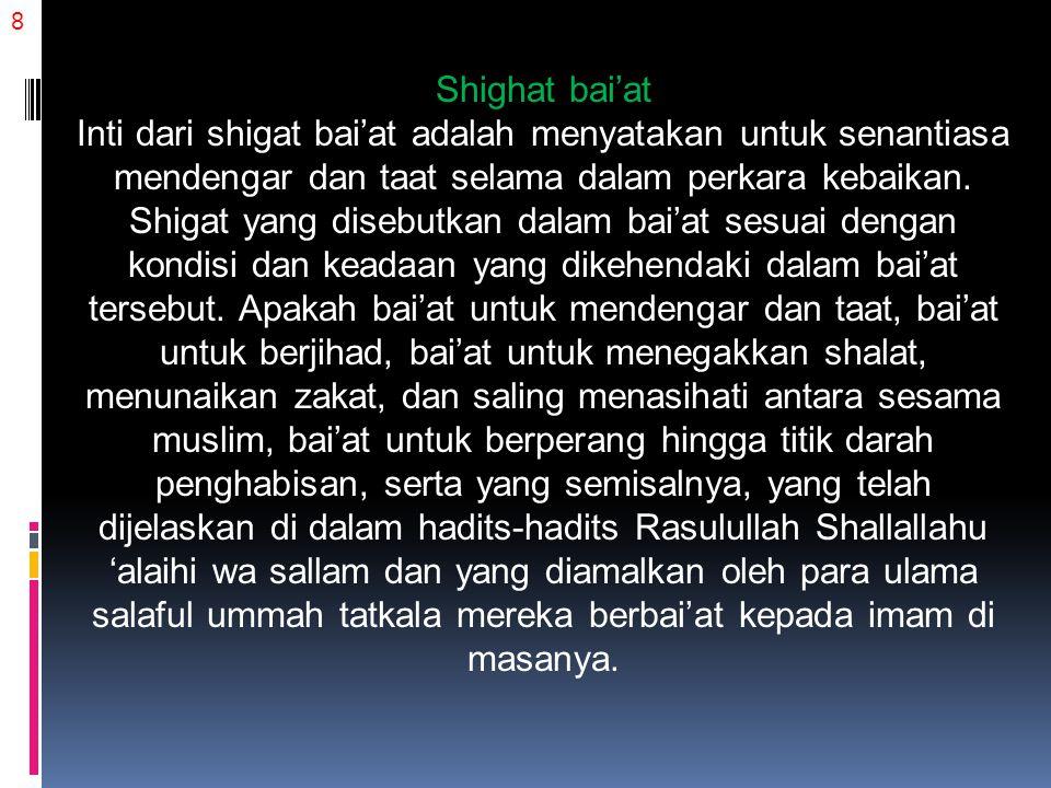 9 Diriwayatkan oleh Al-Imam Al-Bukhari rahimahulllahu dari Abdullah bin Dinar rahimahulllahu, dia berkata: Aku menyaksikan tatkala kaum muslimin sepakat untuk mengangkat Abdul Malik, beliau menulis: إِنِّي أُقِرُّ بِالسَّمْعِ وَالطَّاعَةِ لِعَبْدِ اللهِ عَبْدِ الْمَلِكِ أَمِيرِ الْمُؤْمِنِينَ عَلَى سُنَّةِ اللهِ وَسُنَّةِ رَسُولِهِ مَا اسْتَطَعْتُ وَإِنَّ بَنِيَّ قَدْ أَقَرُّوا بِمِثْلِ ذَلِكَ Sesungguhnya aku menyatakan mendengar dan taat kepada hamba Allah, Abdul Malik, Amirul Mukminin, di atas ketetapan Allah Subhanahu wa Ta'ala dan Sunnah Rasul-Nya selama aku mampu, dan sesungguhnya anak- anakku telah menyatakan hal yang sama. (HR.