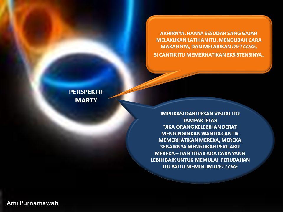 BAIK GLEN MAUPUN MARTY MEMERHATIKAN CITRA UNIK GAJAH YANG SEDANG BERENANG.