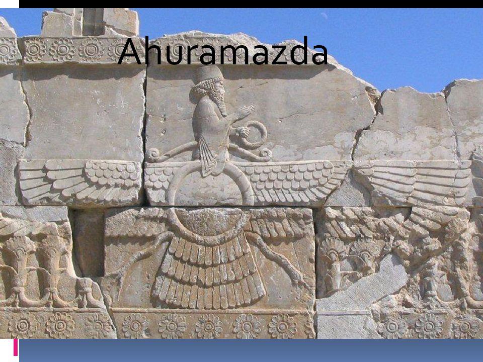 Bagian tengah tangga menunjukkan Ahuramazda, diapit oleh dua patung sphinx, prasasti dan beberapa prajurit, yang kadang-kadang disebut pembawa apel atau Dewa Ahuramazda