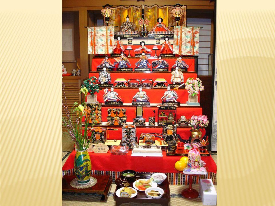  Satu set boneka biasanya dilengkapi dengan miniatur tirai lipat (byōbu) berwarna emas untuk dipasang sebagai latar belakang. Di sisi kiri dan kanan