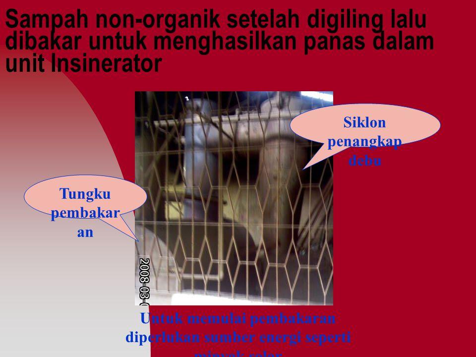Sampah non-organik setelah digiling lalu dibakar untuk menghasilkan panas dalam unit Insinerator Tungku pembakar an Siklon penangkap debu Untuk memulai pembakaran diperlukan sumber energi seperti minyak solar
