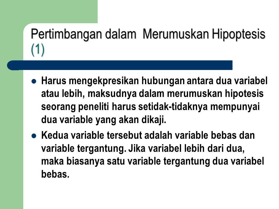 Pertimbangan dalam Merumuskan Hipoptesis (2) Harus dinyatakan secara jelas dan tidak bermakna ganda, artinya rumusan hipotesis harus bersifat spesifik dan mengacu pada satu makna tidak boleh menimbulkan penafsiran lebih dari satu makna.