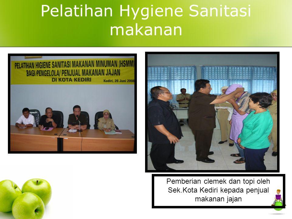 Pelatihan Hygiene Sanitasi makanan Pemberian clemek dan topi oleh Sek.Kota Kediri kepada penjual makanan jajan