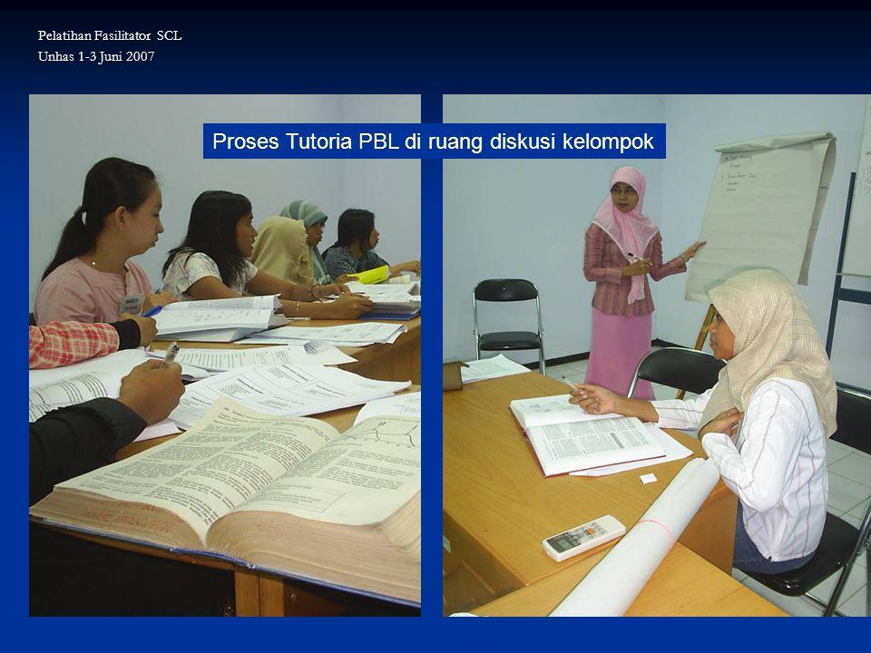 Proses Tutoria PBL di ruang diskusi kelompok Pelatihan Fasilitator SCL Unhas 1-3 Juni 2007