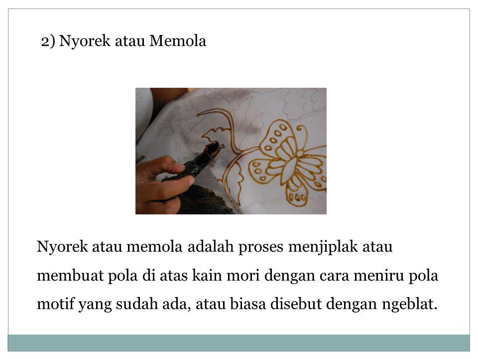 2) Nyorek atau Memola Nyorek atau memola adalah proses menjiplak atau membuat pola di atas kain mori dengan cara meniru pola motif yang sudah ada, ata