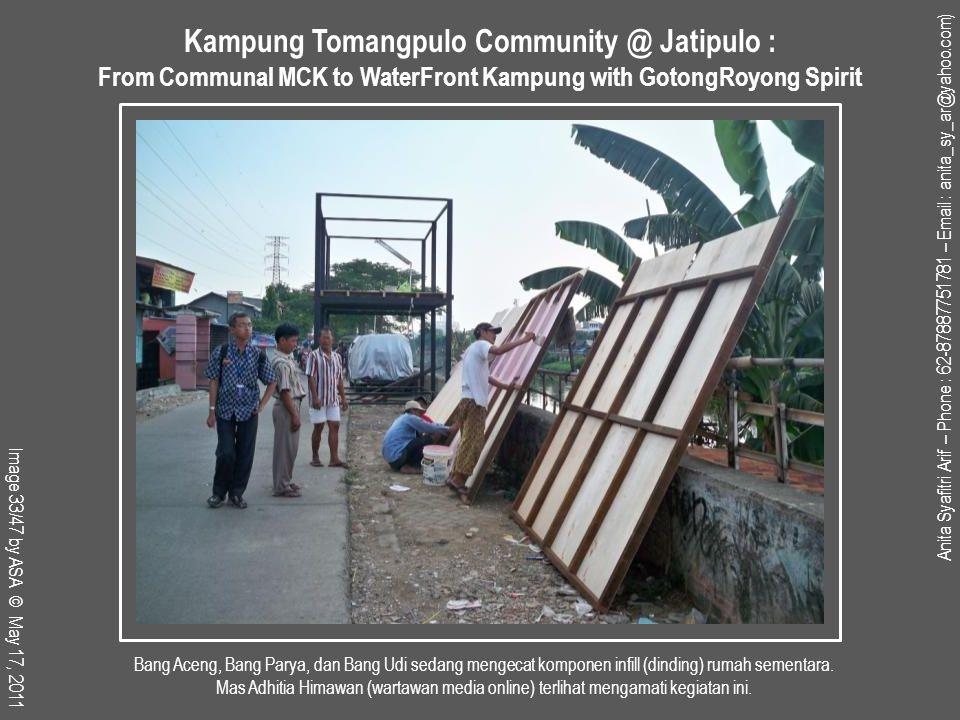 Bang Aceng, Bang Parya, dan Bang Udi sedang mengecat komponen infill (dinding) rumah sementara.