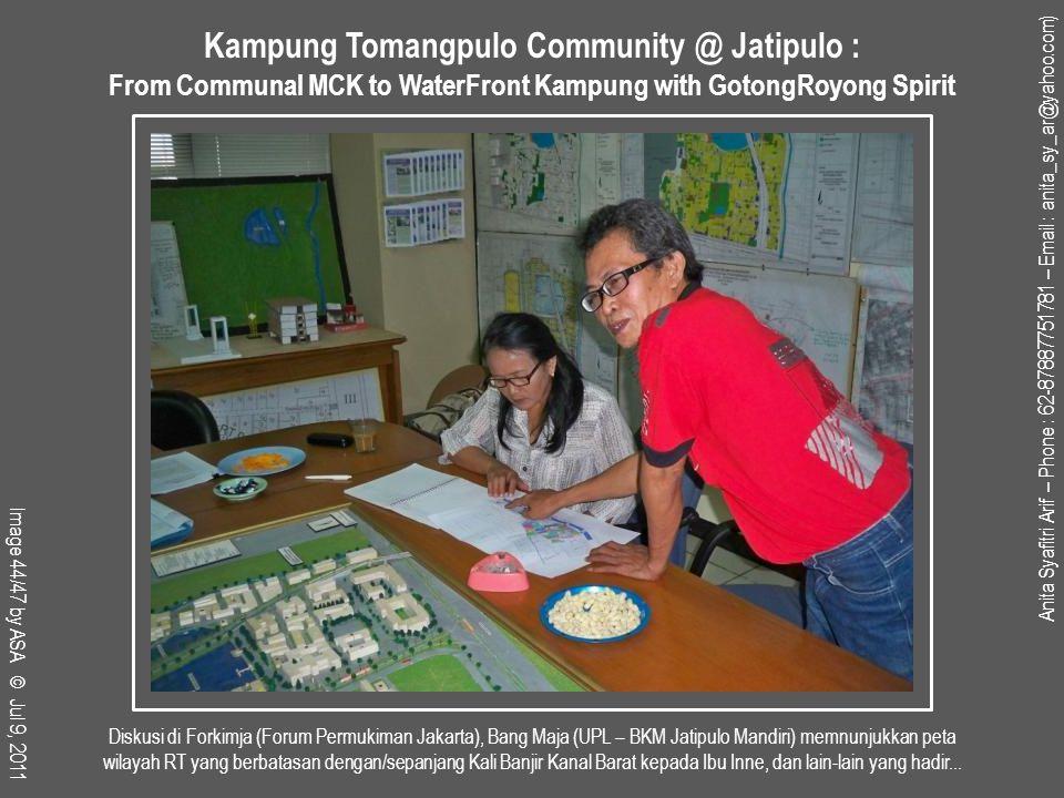 Diskusi di Forkimja (Forum Permukiman Jakarta), Bang Maja (UPL – BKM Jatipulo Mandiri) memnunjukkan peta wilayah RT yang berbatasan dengan/sepanjang Kali Banjir Kanal Barat kepada Ibu Inne, dan lain-lain yang hadir...