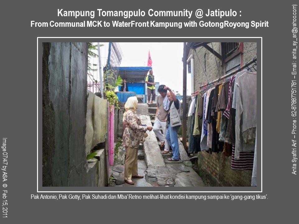 Pak Asmuni, warga yang telah 50 tahun lebih tinggal di kampung ini, juga mantan PNS Dinas Perumahan (DPGP-DKI), terlihat ngobrol akrab dengan Pak Triyanto Ka Bid Perencanaan DPGP-DKI yang juga hadir memenuhi undangan.