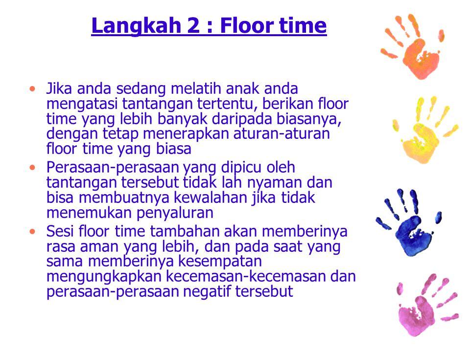 Langkah 2 : Floor time Jika anda sedang melatih anak anda mengatasi tantangan tertentu, berikan floor time yang lebih banyak daripada biasanya, dengan tetap menerapkan aturan-aturan floor time yang biasa Perasaan-perasaan yang dipicu oleh tantangan tersebut tidak lah nyaman dan bisa membuatnya kewalahan jika tidak menemukan penyaluran Sesi floor time tambahan akan memberinya rasa aman yang lebih, dan pada saat yang sama memberinya kesempatan mengungkapkan kecemasan-kecemasan dan perasaan-perasaan negatif tersebut