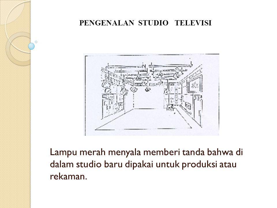 Lampu merah menyala memberi tanda bahwa di dalam studio baru dipakai untuk produksi atau rekaman. PENGENALAN STUDIO TELEVISI