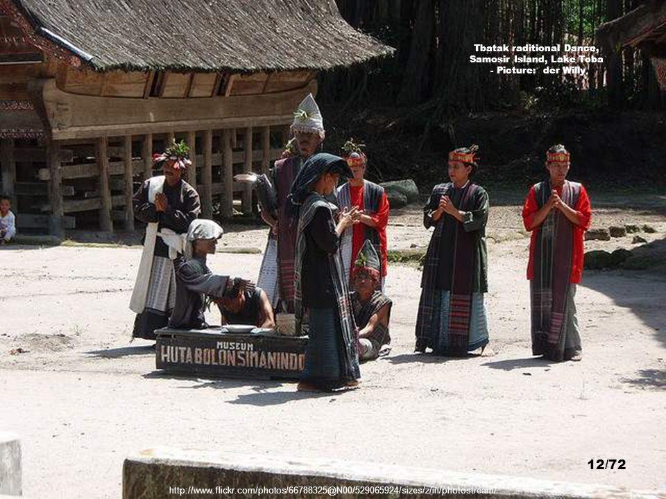11/72 Batak Traditional Dance – Picture: Alanan Farah http://www.flickr.com/photos/saharagypsy/3228452250/sizes/z/in/photostream/