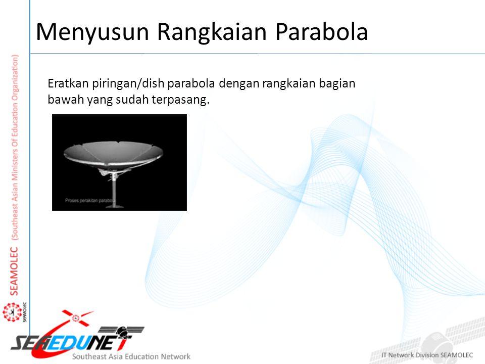 Menyusun Rangkaian Parabola Eratkan piringan/dish parabola dengan rangkaian bagian bawah yang sudah terpasang.
