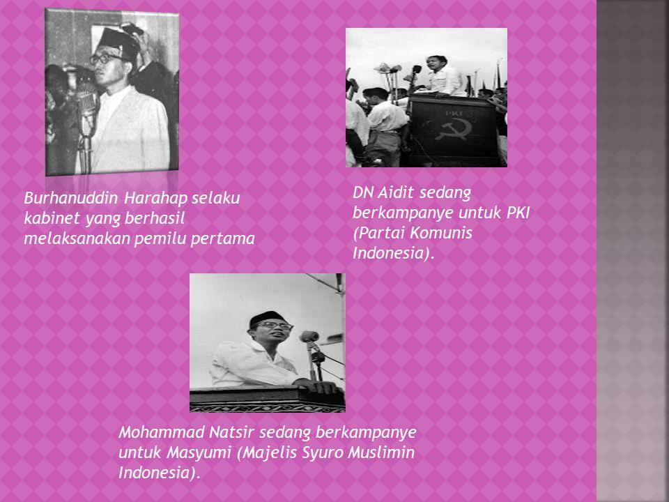Mohammad Natsir sedang berkampanye untuk Masyumi (Majelis Syuro Muslimin Indonesia). Burhanuddin Harahap selaku kabinet yang berhasil melaksanakan pem