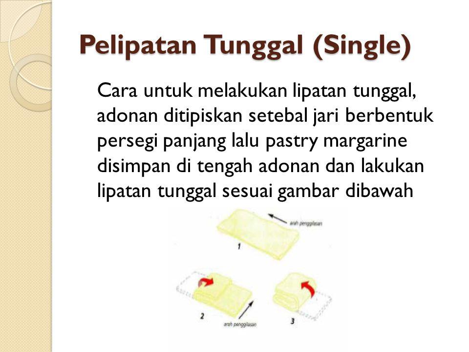 Pelipatan Tunggal (Single) Cara untuk melakukan lipatan tunggal, adonan ditipiskan setebal jari berbentuk persegi panjang lalu pastry margarine disimp