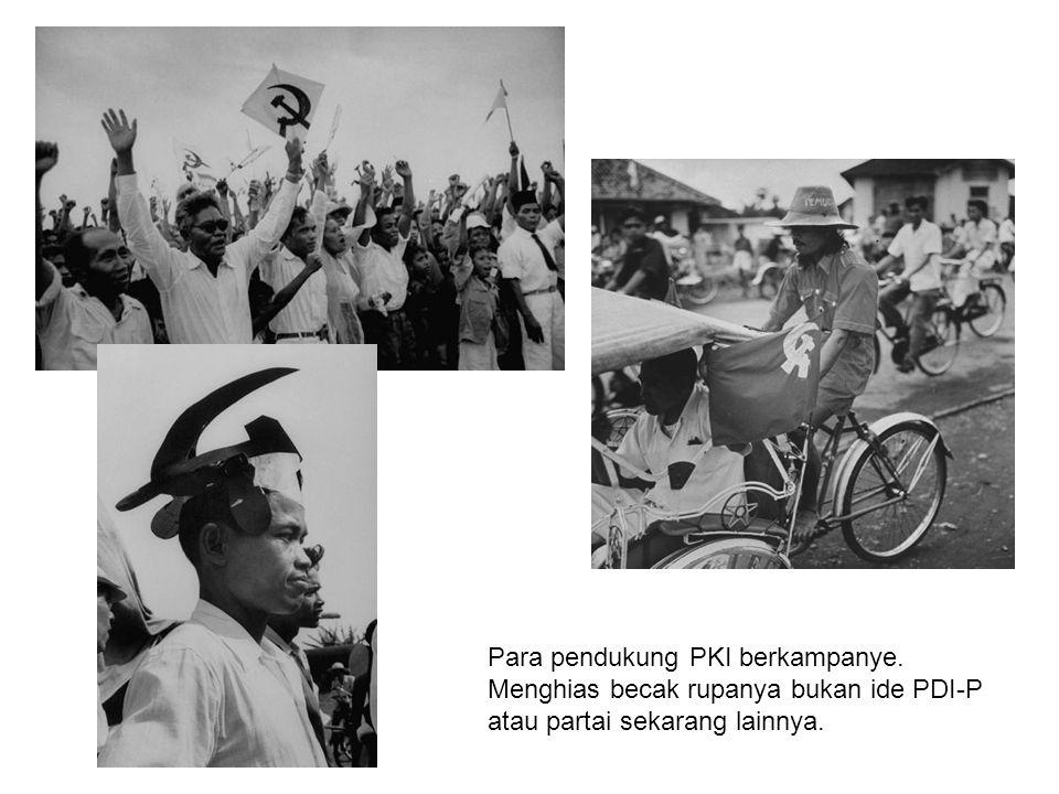 Para pendukung PKI berkampanye. Menghias becak rupanya bukan ide PDI-P atau partai sekarang lainnya.