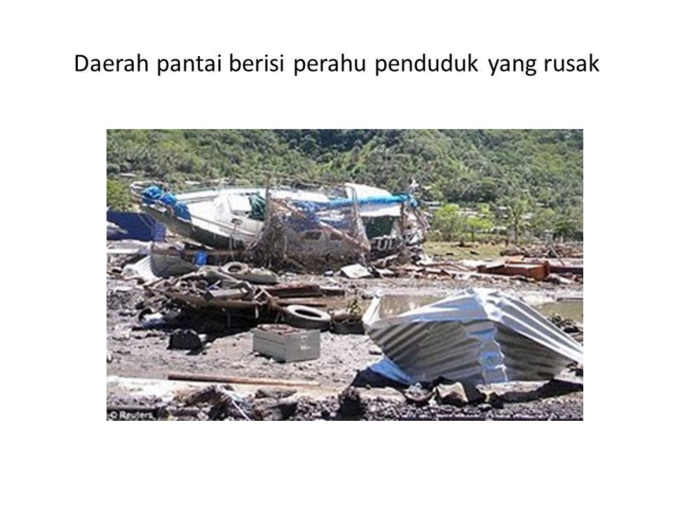 Daerah pantai berisi perahu penduduk yang rusak