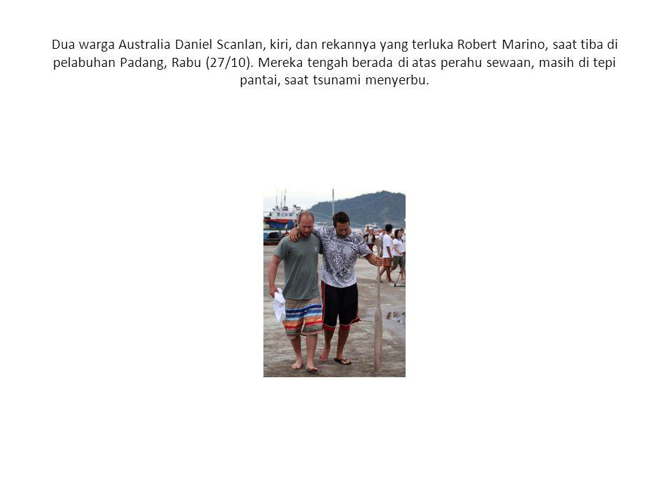 Dua warga Australia Daniel Scanlan, kiri, dan rekannya yang terluka Robert Marino, saat tiba di pelabuhan Padang, Rabu (27/10).