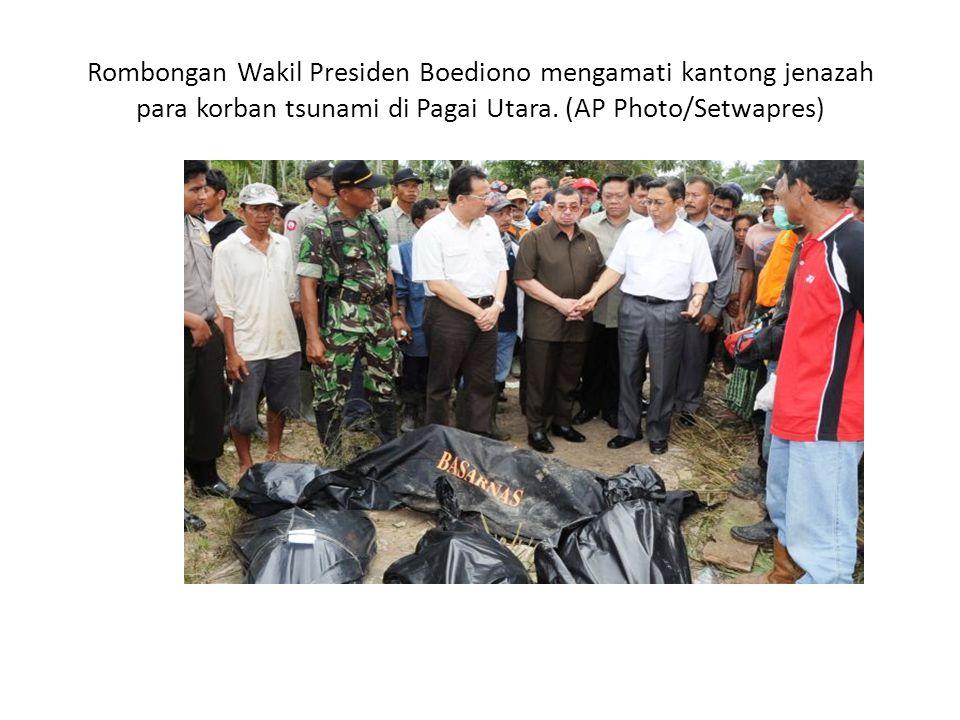 Rombongan Wakil Presiden Boediono mengamati kantong jenazah para korban tsunami di Pagai Utara.