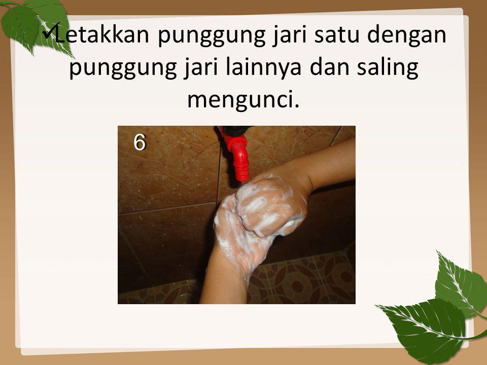 Letakkan punggung jari satu dengan punggung jari lainnya dan saling mengunci.