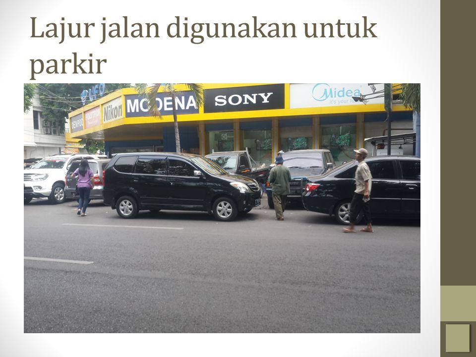 Lajur jalan digunakan untuk parkir