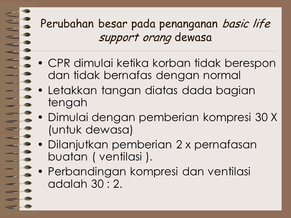 Perubahan besar pada penanganan basic life support orang dewasa CPR dimulai ketika korban tidak berespon dan tidak bernafas dengan normal Letakkan tan