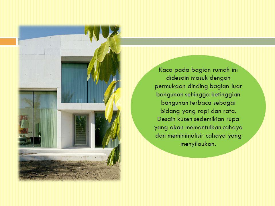 Kaca pada bagian rumah ini didesain masuk dengan permukaan dinding bagian luar bangunan sehingga ketinggian bangunan terbaca sebagai bidang yang rapi