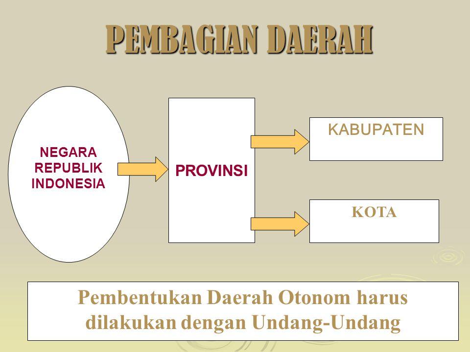 9 ALASAN YURIDIS PEMBENTUKAN DAERAH MELALUI UNDANG-UNDANG (1) pembentukan daerah harus merupakan wujud kemauan pemerintah dan rakyat melalui wakil-wakilnya di DPR; (2) konstruksi pembagian daerah harus diselaraskan dengan kepentingan dan kebutuhan rakyat yang dilegitimasi oleh hukum; (3) pembentukan daerah merupakan perjanjian publik yang mengakui suatu wilayah sebagai daerah otonom yang akan memiliki hak dan kewajiban sebagai subyek hukum; (4) jaminan penyerahan hak otonomi akan disertai dengan jaminan pengakuan hak mengatur rumah tangganya sendiri yang diserahkan dari pemerintah pusat.