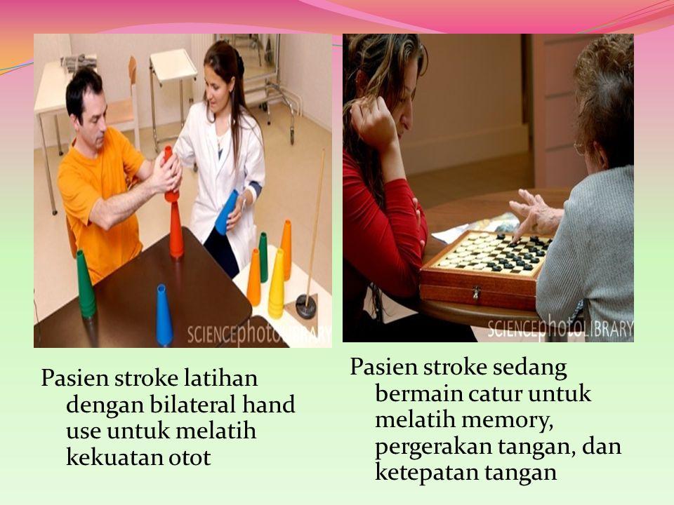 Pasien stroke latihan dengan bilateral hand use untuk melatih kekuatan otot Pasien stroke sedang bermain catur untuk melatih memory, pergerakan tangan