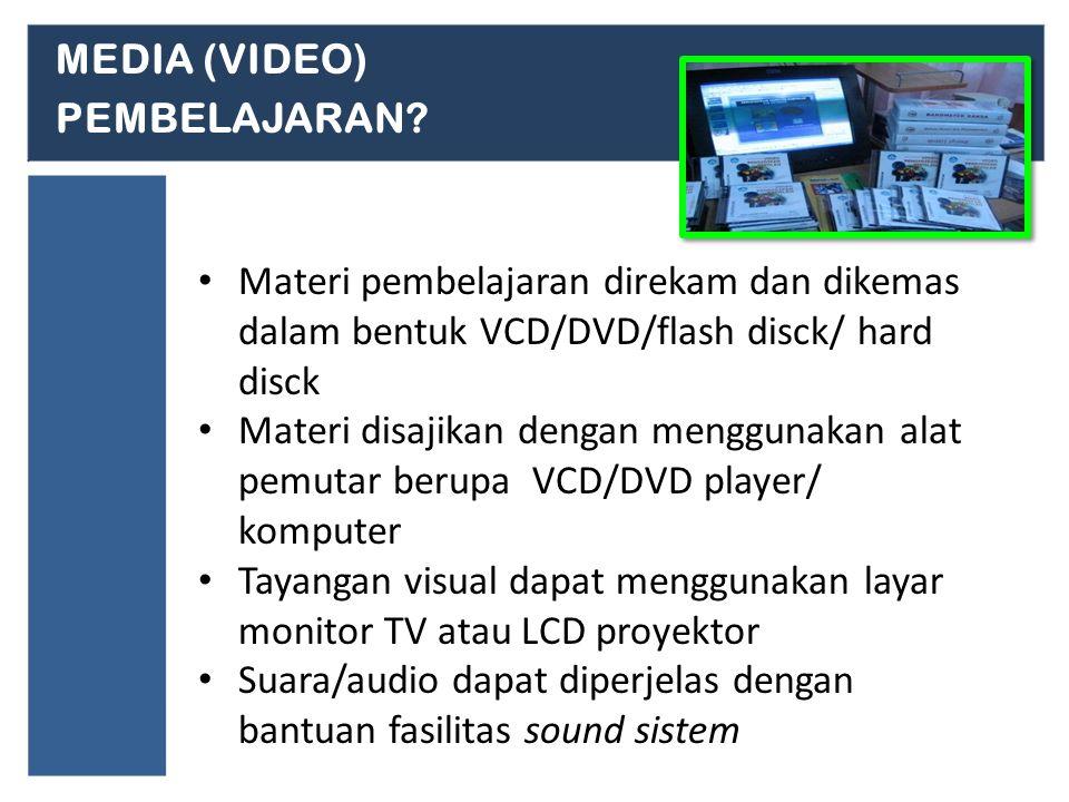 Materi pembelajaran direkam dan dikemas dalam bentuk VCD/DVD/flash disck/ hard disck Materi disajikan dengan menggunakan alat pemutar berupa VCD/DVD player/ komputer Tayangan visual dapat menggunakan layar monitor TV atau LCD proyektor Suara/audio dapat diperjelas dengan bantuan fasilitas sound sistem MEDIA (VIDEO) PEMBELAJARAN?