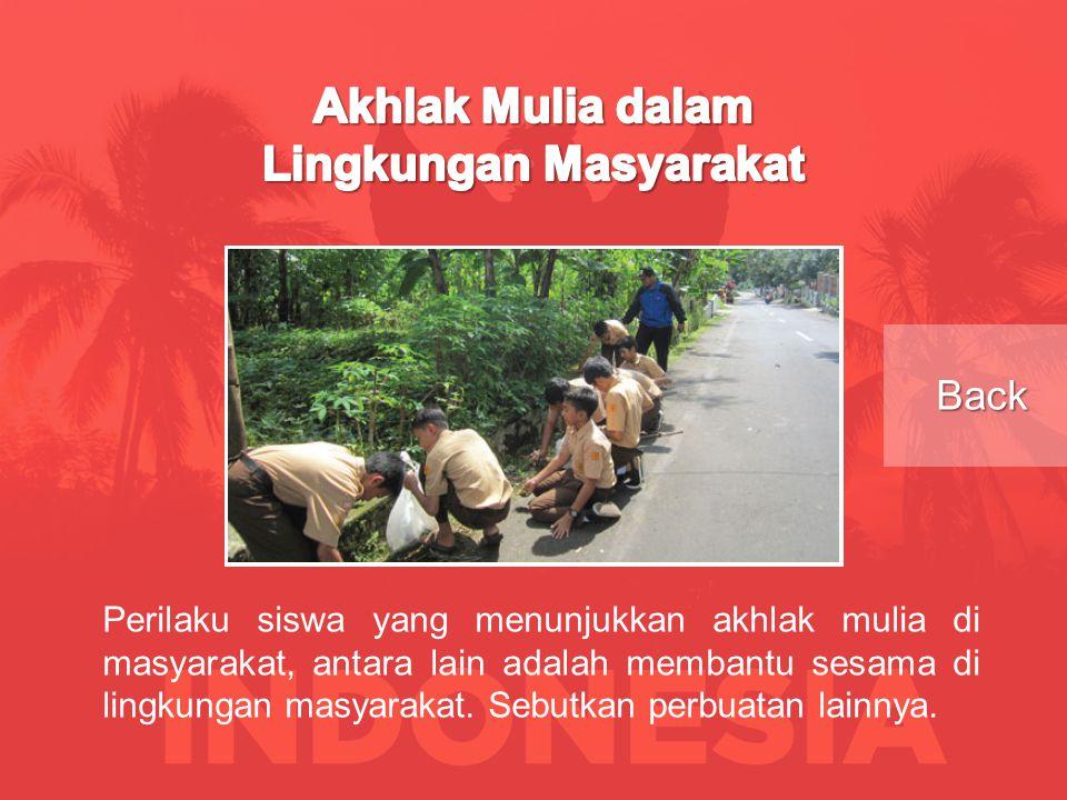 Perilaku siswa yang menunjukkan akhlak mulia di masyarakat, antara lain adalah membantu sesama di lingkungan masyarakat.