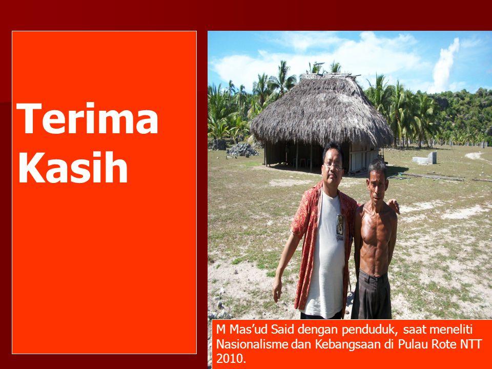 Terima Kasih M Mas'ud Said dengan penduduk, saat meneliti Nasionalisme dan Kebangsaan di Pulau Rote NTT 2010.