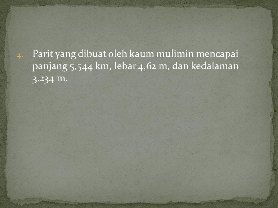 4. Parit yang dibuat oleh kaum mulimin mencapai panjang 5,544 km, lebar 4,62 m, dan kedalaman 3.234 m.