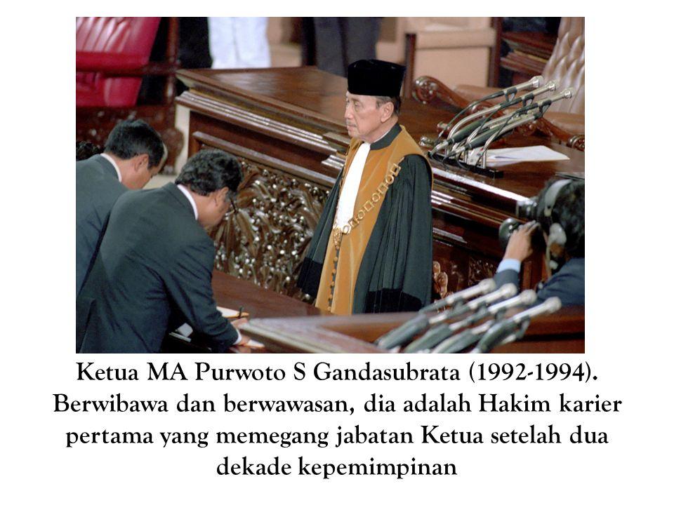 Ketua MA Purwoto S Gandasubrata (1992-1994). Berwibawa dan berwawasan, dia adalah Hakim karier pertama yang memegang jabatan Ketua setelah dua dekade