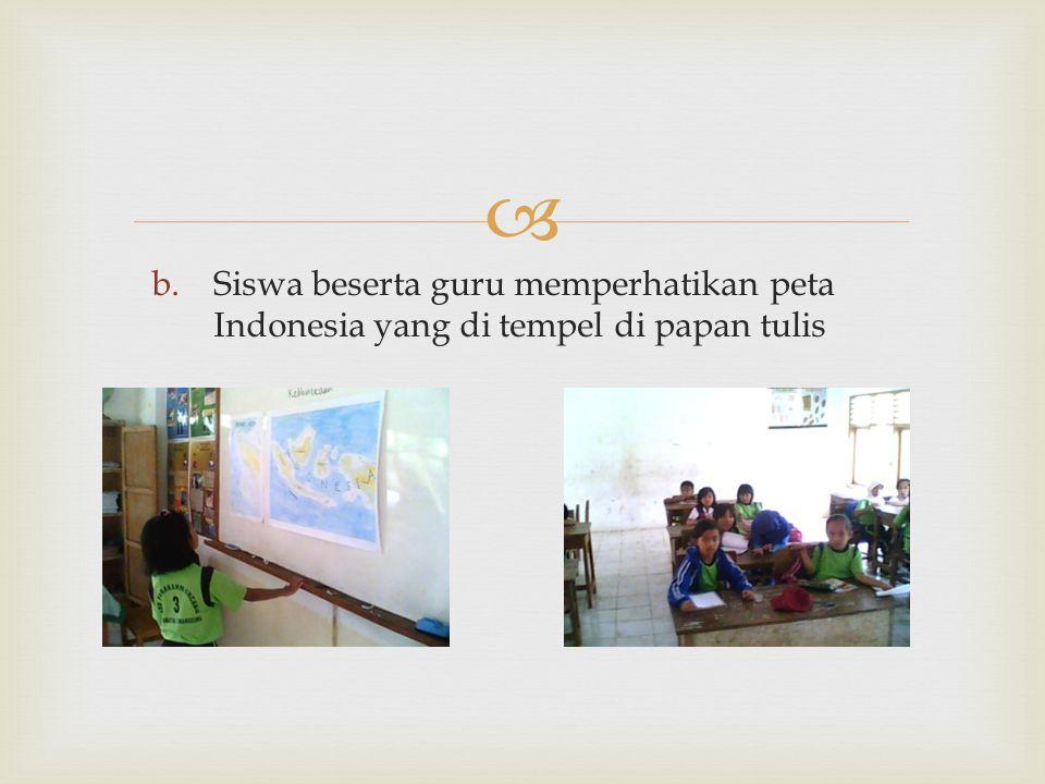  b.Siswa beserta guru memperhatikan peta Indonesia yang di tempel di papan tulis