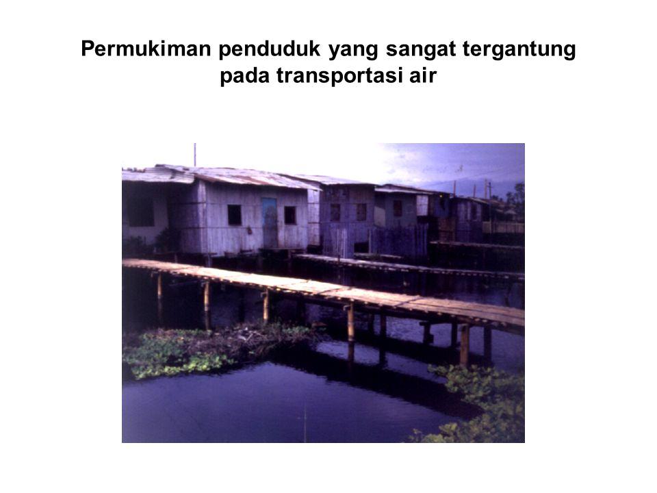 Permukiman penduduk yang sangat tergantung pada transportasi air