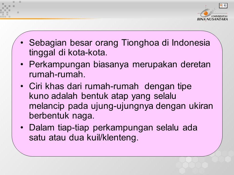 Sebagian besar orang Tionghoa di Indonesia tinggal di kota-kota. Perkampungan biasanya merupakan deretan rumah-rumah. Ciri khas dari rumah-rumah denga