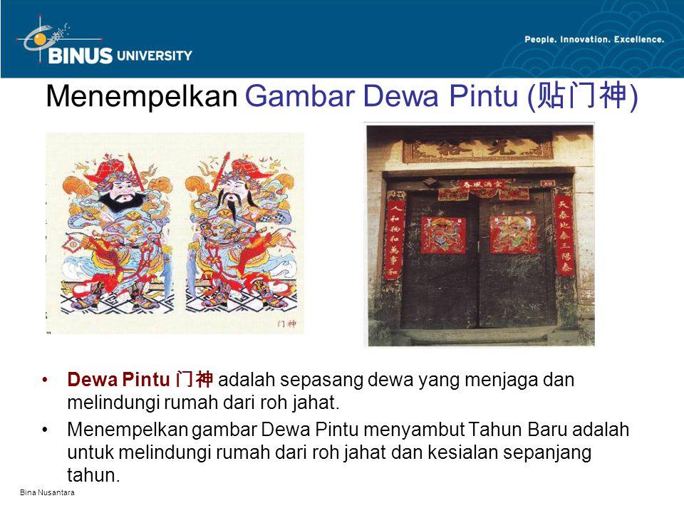 Bina Nusantara Menempelkan Gambar Dewa Pintu ( 贴门神 ) Dewa Pintu 门神 adalah sepasang dewa yang menjaga dan melindungi rumah dari roh jahat. Menempelkan