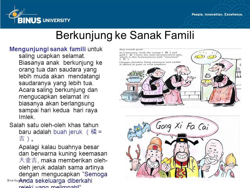 Bina Nusantara Berkunjung ke Sanak Famili Mengunjungi sanak famili untuk saling ucapkan selamat. Biasanya anak berkunjung ke orang tua dan saudara yan