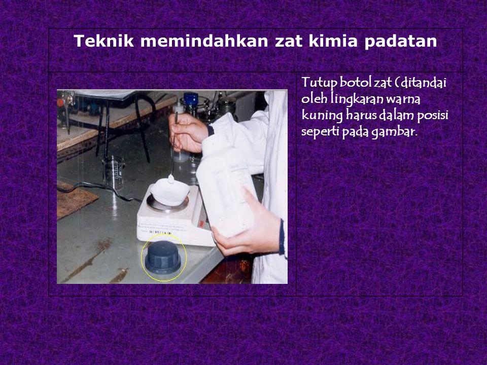 Teknik memindahkan zat kimia padatan Tutup botol zat (ditandai oleh lingkaran warna kuning harus dalam posisi seperti pada gambar.