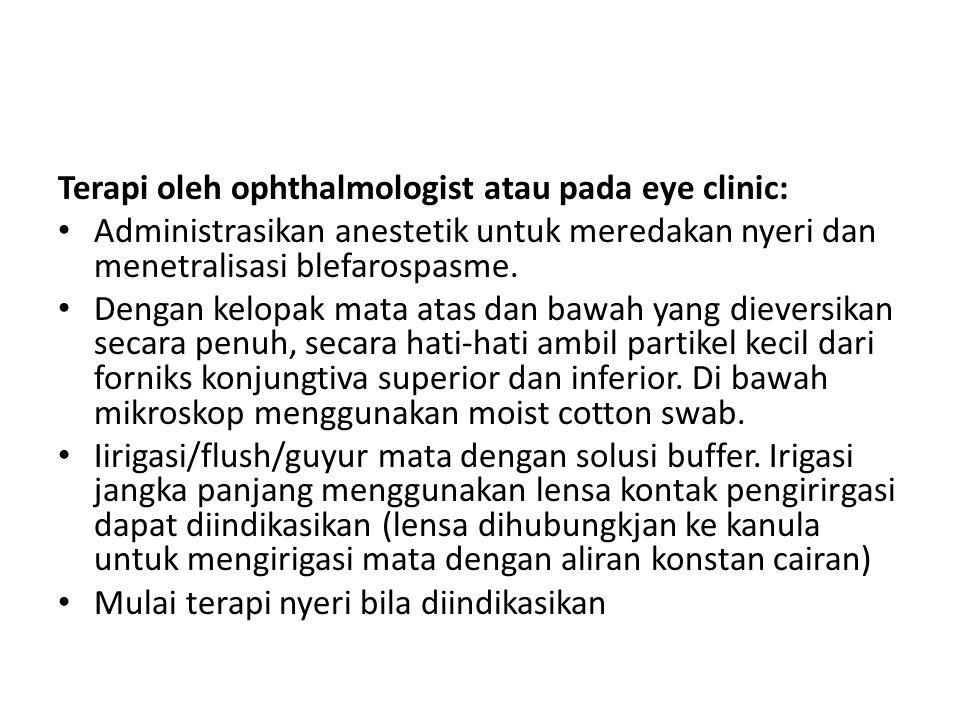 Terapi tambahan pada kamar klinik mata Prosedur terapi di bawah ini biasa dilakukan untuk cedera kimia berat: Lanjutkan irigasi.
