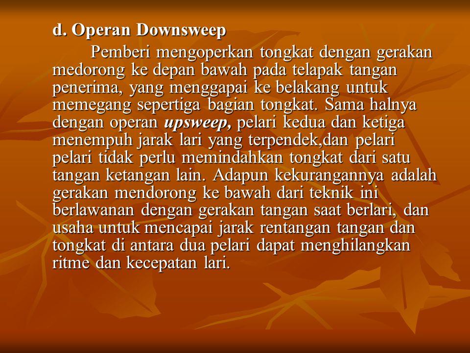 d. Operan Downsweep Pemberi mengoperkan tongkat dengan gerakan medorong ke depan bawah pada telapak tangan penerima, yang menggapai ke belakang untuk