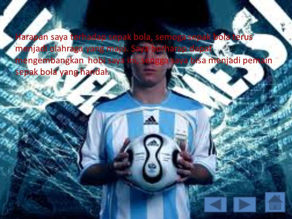 Tempat saya main bermain bola Saya biasanya bermain bola di mana saja ad tempat tetapi biasanya di lapangan bola, terkadang saya juga main di lapangan futsal.