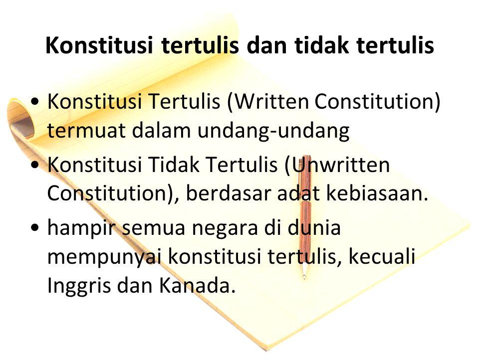 Konstitusi tertulis dan tidak tertulis Konstitusi Tertulis (Written Constitution) termuat dalam undang-undang Konstitusi Tidak Tertulis (Unwritten Con