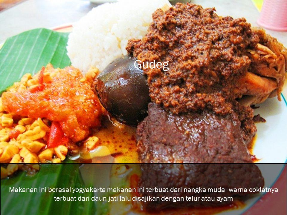 Makanan ini berasal yogyakarta makanan ini terbuat dari nangka muda warna coklatnya terbuat dari daun jati lalu disajikan dengan telur atau ayam Gudeg