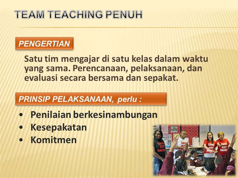 Satu tim mengajar di satu kelas dalam waktu yang sama.