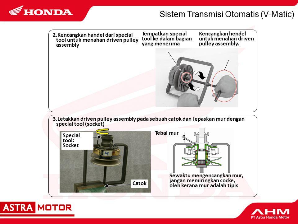 Sistem Transmisi Otomatis (V-Matic) Tempatkan special tool ke dalam bagian yang menerima Kencangkan hendel untuk menahan driven pulley assembly.